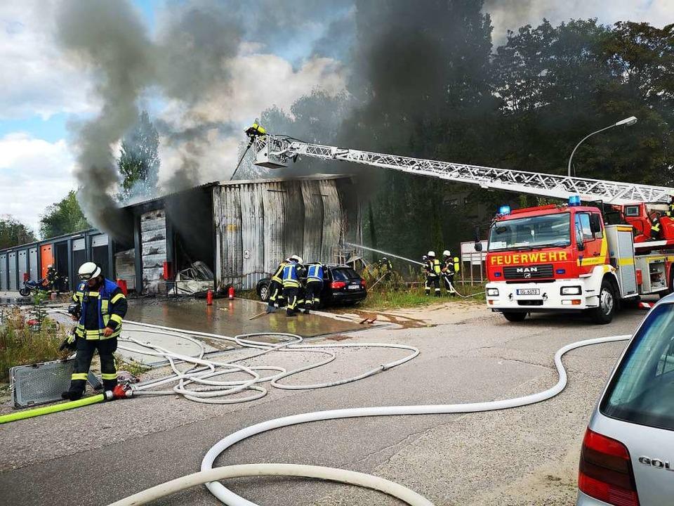 Während der Brand von der Drehleiter a...en der Halle in Sicherheit zu bringen.  | Foto: Ralf burgmaier