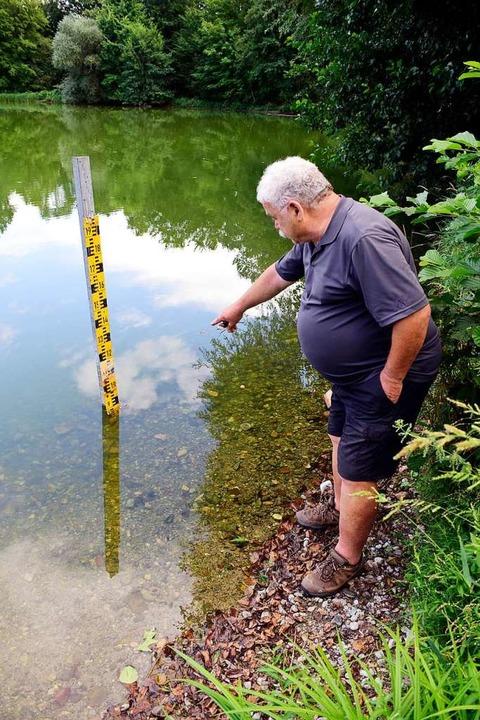 Josef Glöckler, der frühere Ortsvorste... Wasserstand ist derzeit sehr niedrig.  | Foto: Thomas Kunz