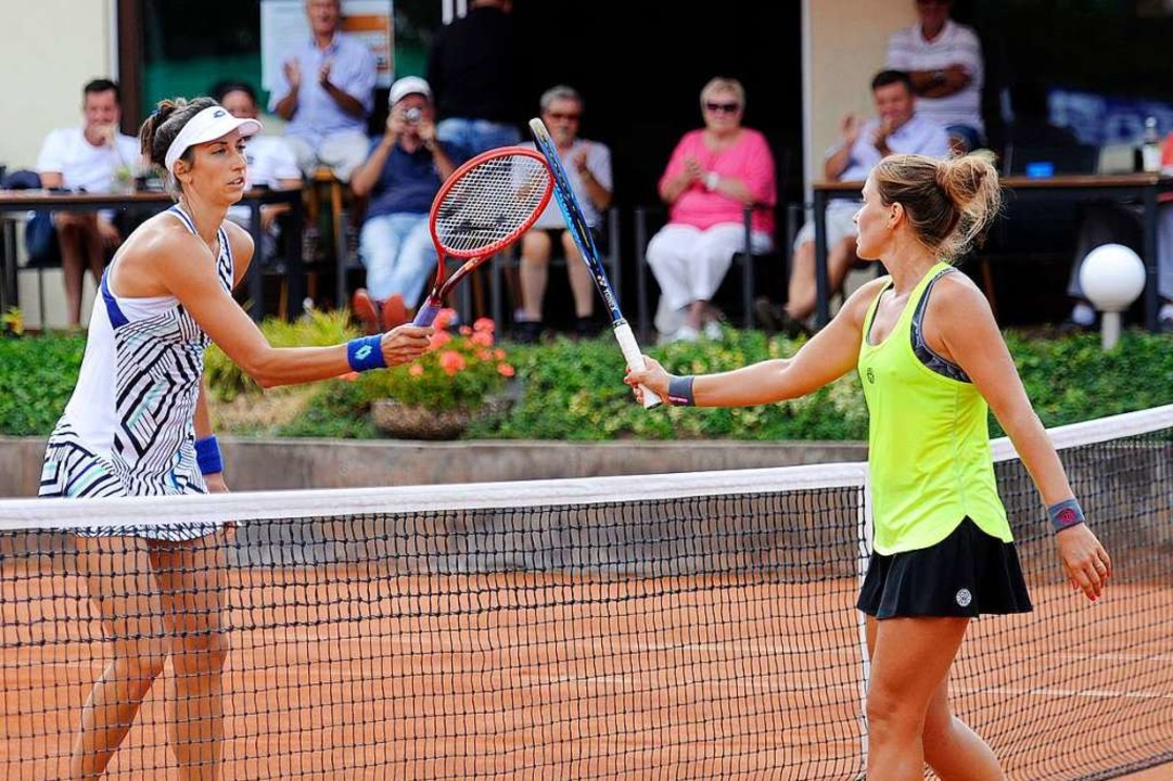 Siegerin Georgina Garcia Perez (links)...nale  mit einem corona-gerechten Gruß.  | Foto: Bettina Schaller