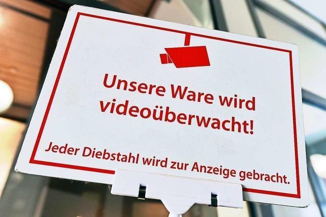 Mutmaßlicher Ladendieb beißt Freiburger Polizisten ins Knie