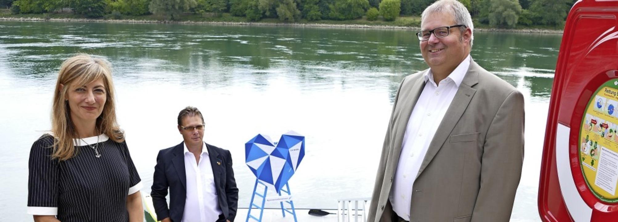 "Bürgermeister Alexander Guhl (rechts) ...lisiert die ""Rheinliebe"".   | Foto: David Rutschmann"