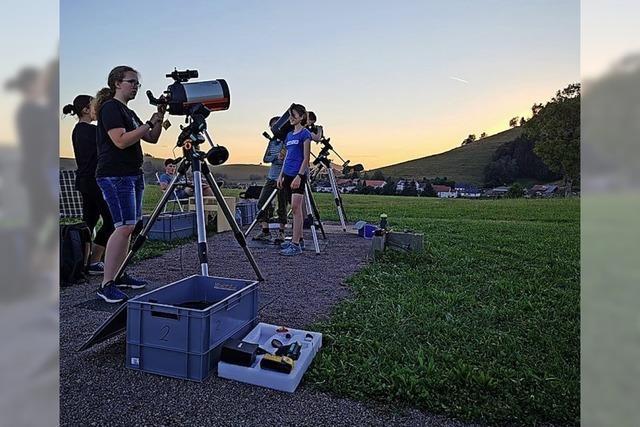 Die ersten Schüler blicken zu Sternen und Planeten