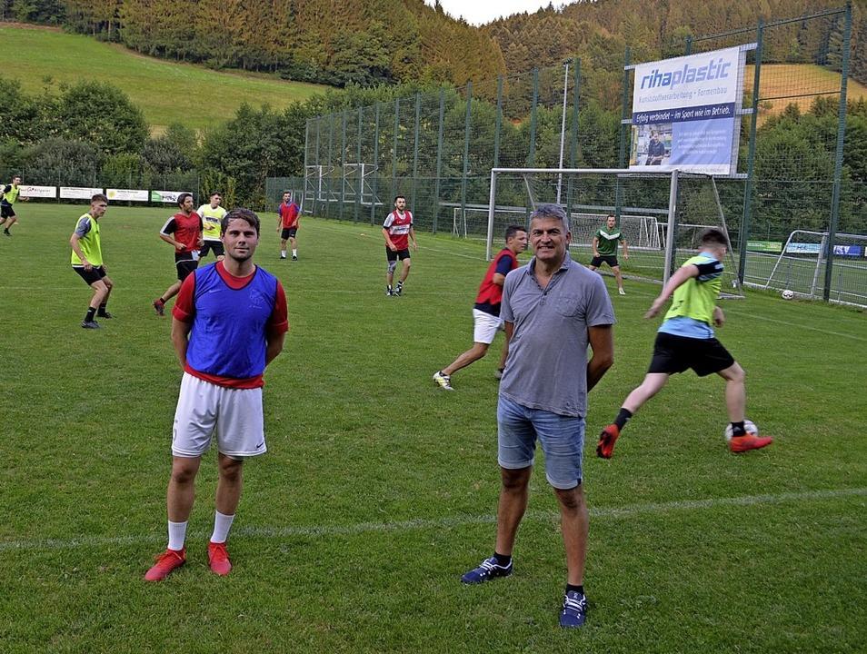Der neue Co-Trainer Jan Wernet (links)...tis (vom SV Biederbach beim Training.   | Foto: Nikolaus Bayer