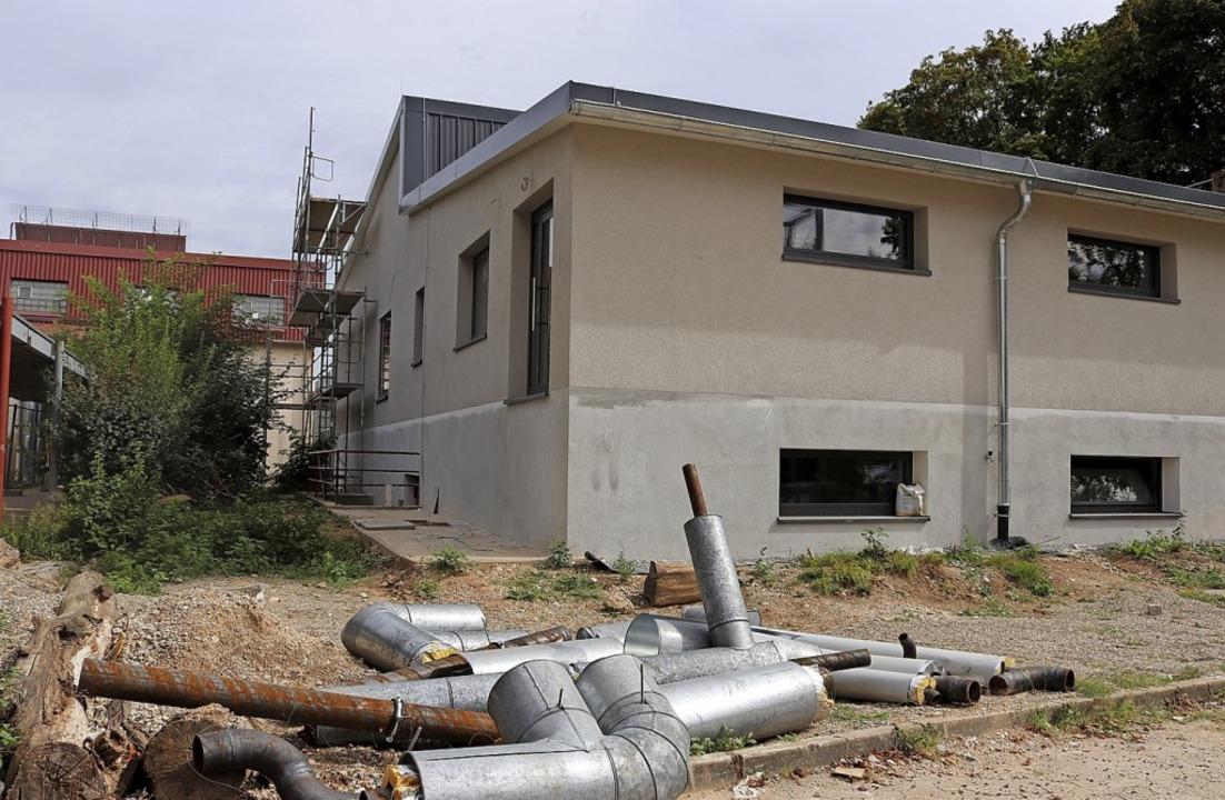 Die Gebäudehülle der Schutterlindenbergschule wird saniert.  | Foto: Stadt
