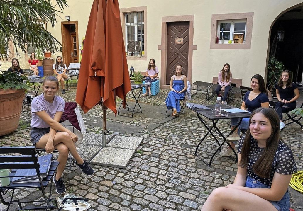 Die erfolgreichen Absolventinnen der B...sbildung halten Abstand für das Foto.     Foto: Stadt Offenburg