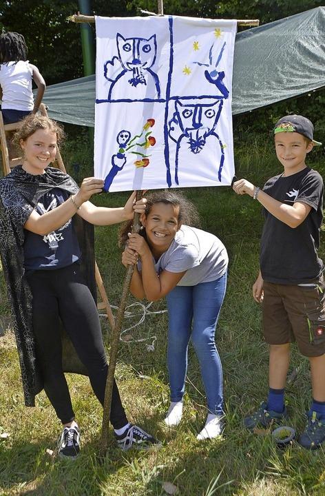 Zauberer der Gruppe Dachszungen zeigen ihr Banner.     Foto: Horatio Gollin