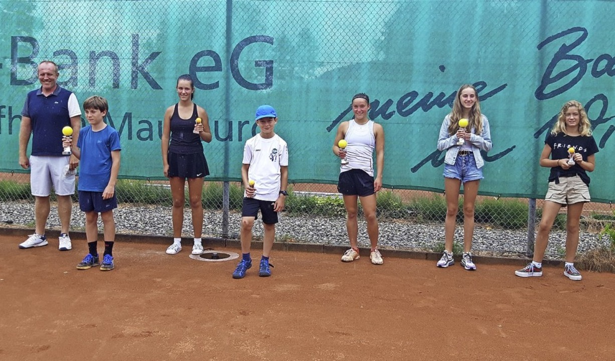 <BZ-FotoAnlauf>TC Hausen:</BZ-FotoAnla...Sieger mit Turnierleiter Patrick Hager    Foto: privat
