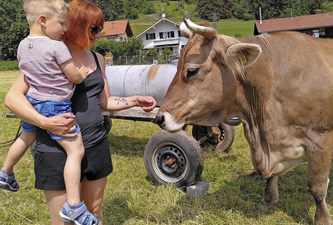 Hanna Weißmann und Sohn Carlos wollen das  Landleben hautnah erleben.      Foto: Steve Przybilla