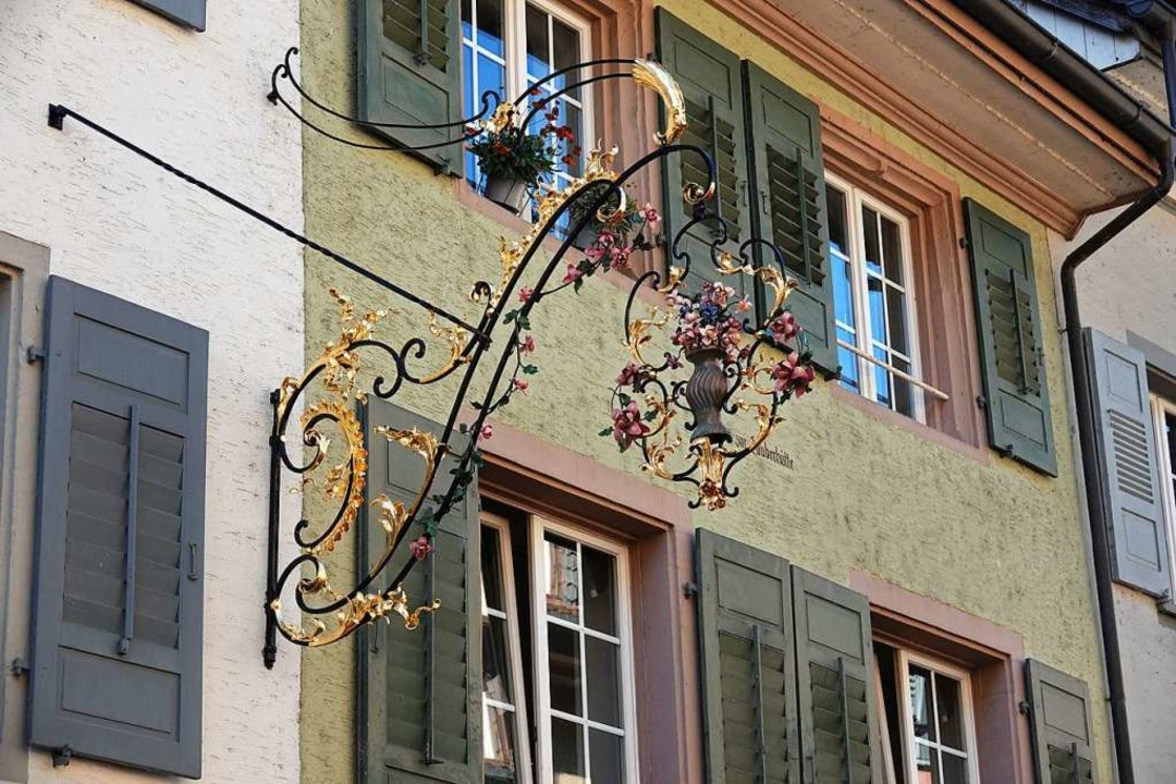 """Das Wirtshausschild """"zum Maien&#...e wieder an seinem angestammten Platz.    Foto: Valentin Zumsteg"""
