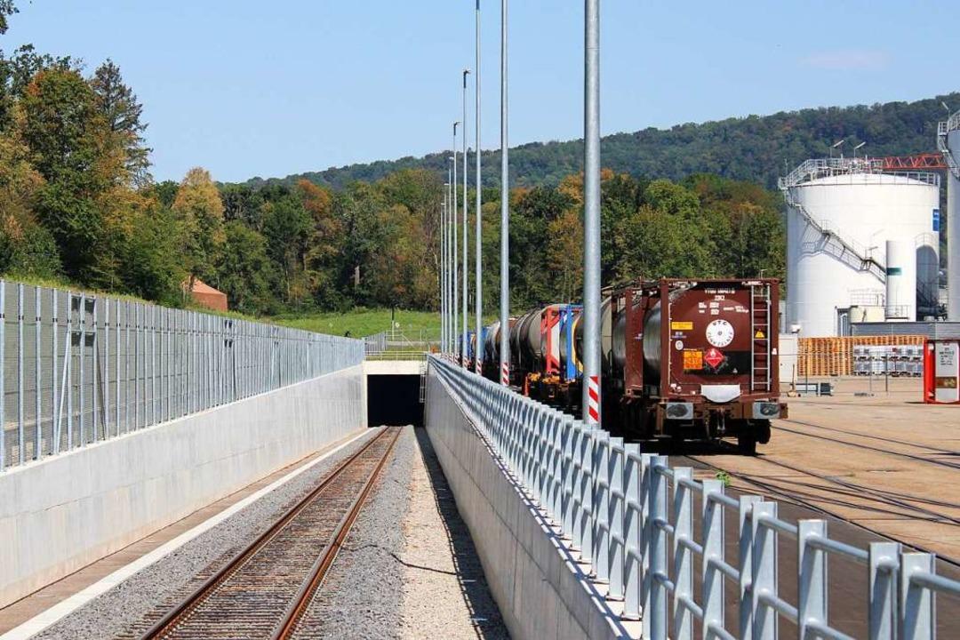 Die neue Bahnstrecke  steigt vom Auhaf...r Höhenunterschied sind zu überwinden.  | Foto: Rolf Reißmann