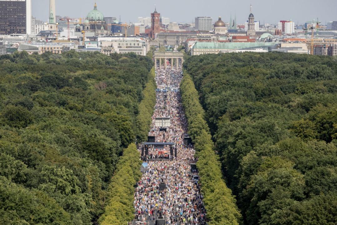 Dicht gedrängt stehen Tausende bei ein...onsgeschehen ist indes  nicht bekannt.  | Foto: Christoph Soeder (dpa)
