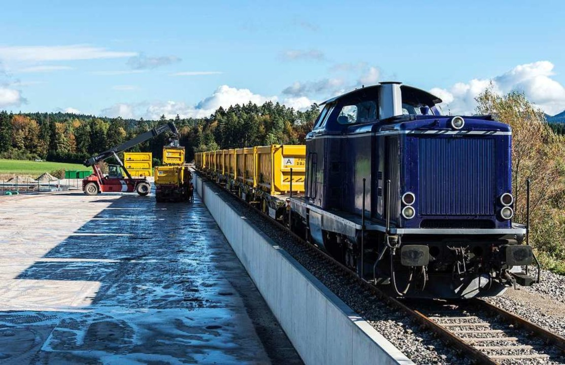 Ein Güterzug mit Erdaushub  | Foto: Daniel Maurer