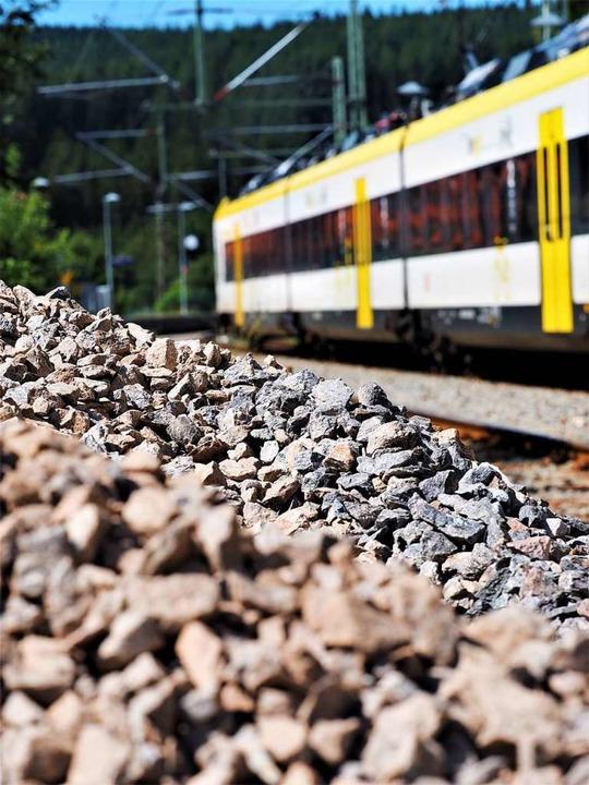 Bis  1. September fahren noch  Züge au...enbahn,  das Baumaterial liegt bereit.    Foto: Susanne Gilg