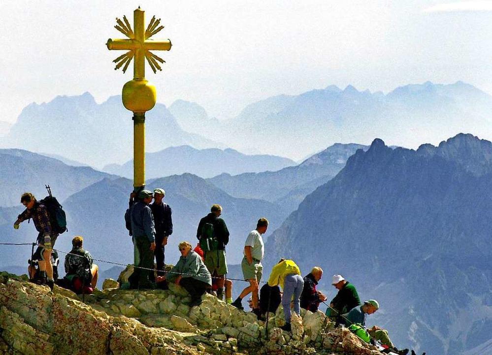 An manchen Tagen herrscht am Gipfelkreuz reger Betrieb.    Foto: Matthias Schrader