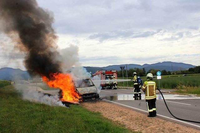 Kleinbus geht nahe der B 3 bei Tunsel in Flammen auf