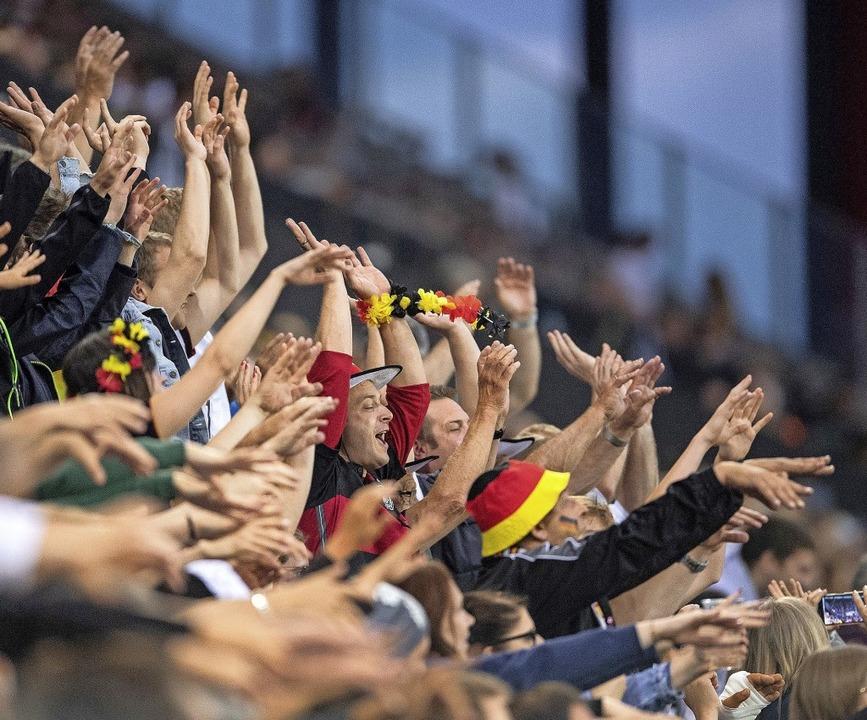 Auf dicht gedrängte und jubelnde Fans ...ch die Fußball-Nationalelf verzichten.  | Foto: Marius Becker (dpa)