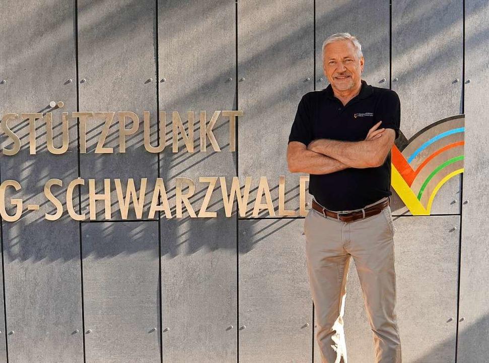 Hans-Ulrich Wiedmann vor dem Schriftzu...lympiastützpunkts Freiburg-Schwarzwald    Foto: BZ