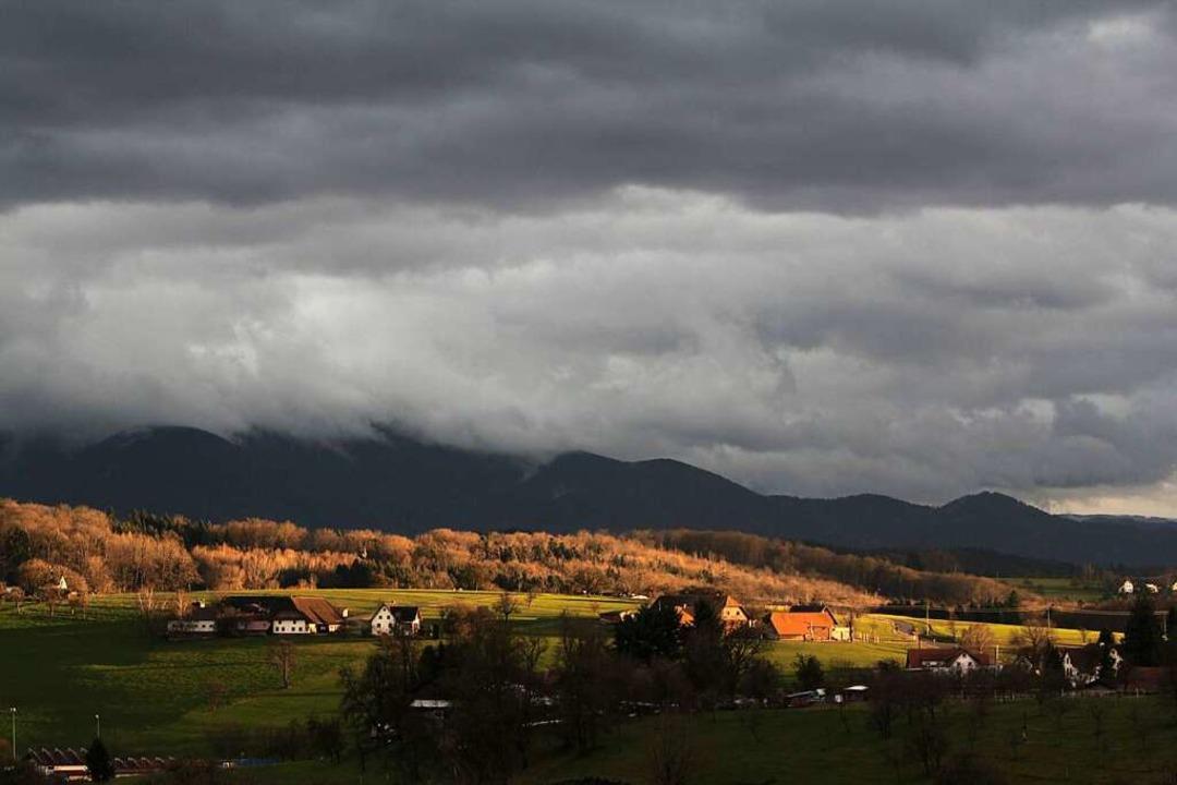Wolken über dem Kandel, Sonne über Freiamt    Foto: Patrik Müller