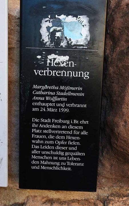 Eine Gedenktafel am Martinstor erinnert an die Verbrechen der Hexenverbrennung.  | Foto: Rita Eggstein