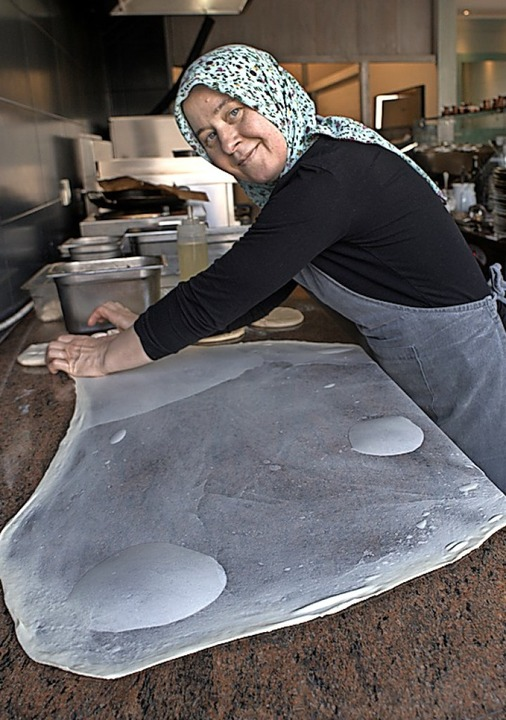 Gekonnt: Bahrija Yilamz zieht den Strudelteig aus.  | Foto: Stephan Elsemann