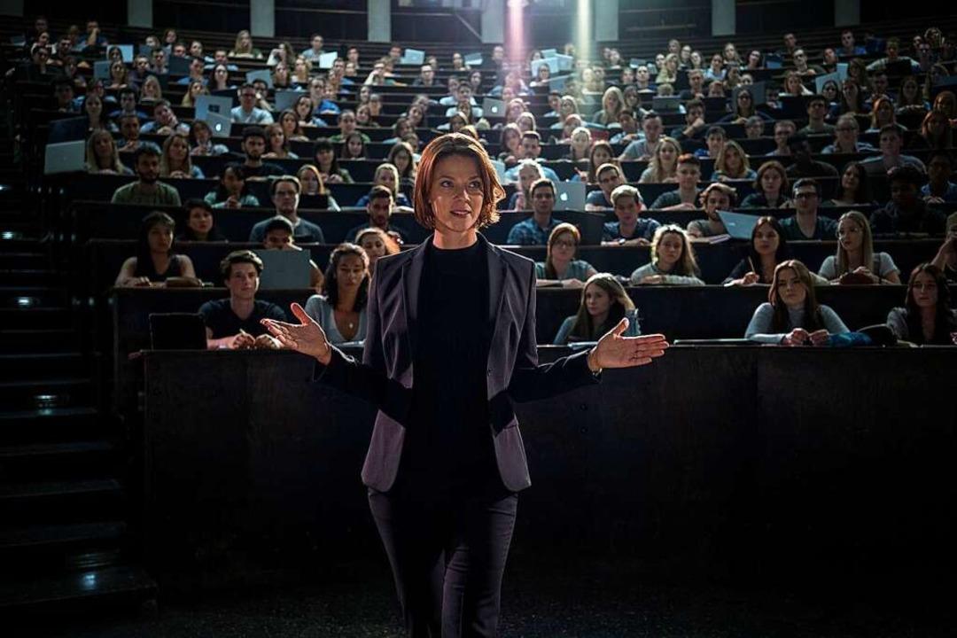 Als Netflix-Professorin beherrscht Jes...tion, aber kein Wort Badisch. Skandal!  | Foto: Marco Nagel (dpa)
