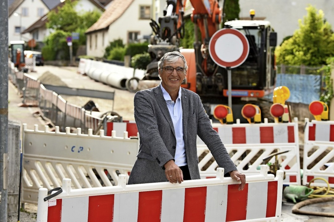 Ortsvorsteher Günter Hammer freut sich...dstraße liegen sogar vor dem Zeitplan.  | Foto: Rita Eggstein
