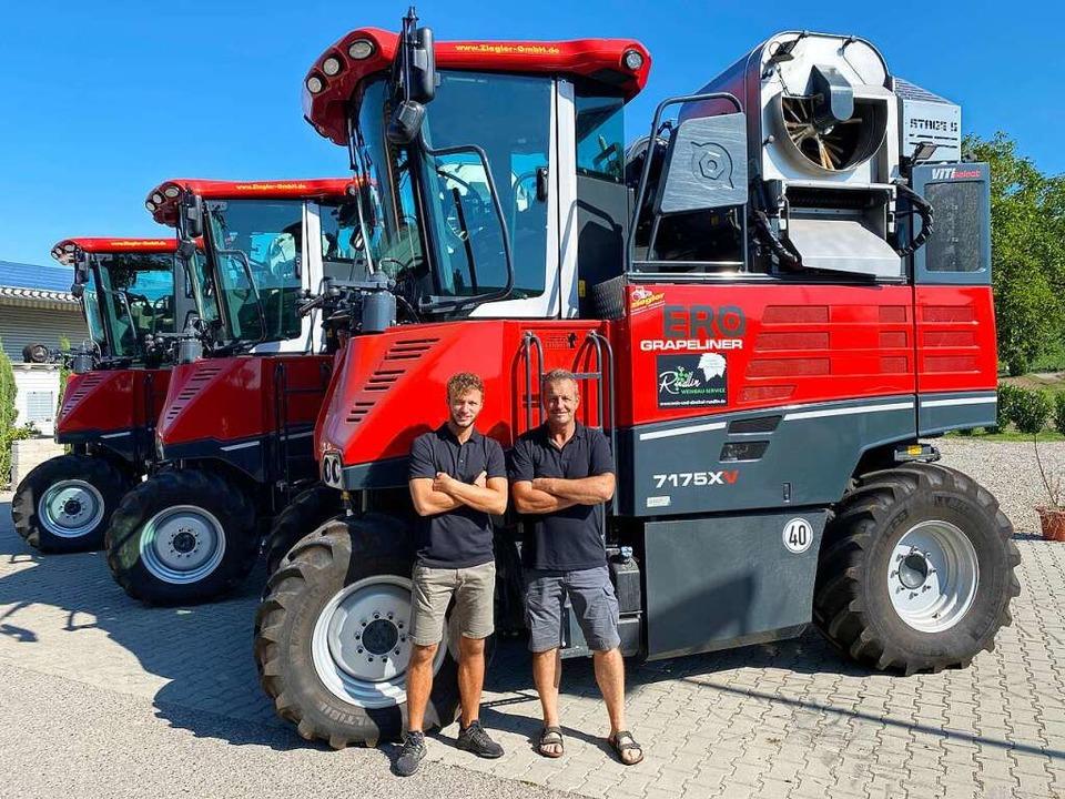 Vor ihren Erntemaschinen : Günter Rüdlin (rechts) mit Sohn Niklas.  | Foto: Privat