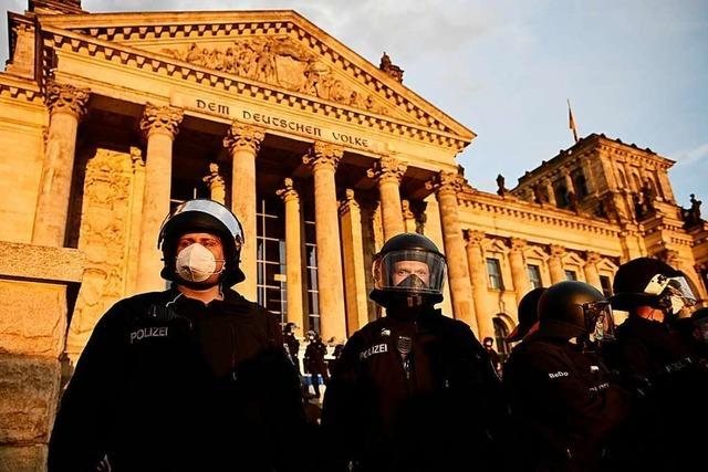 Demonstranten stürmen Reichstagsgelände – Polizei schützt das Parlament