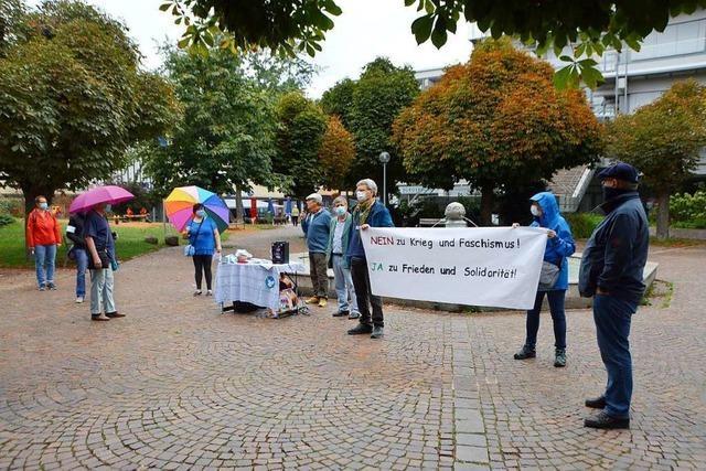 Kleine Friedensdemo auf dem Kirchplatz in Rheinfelden