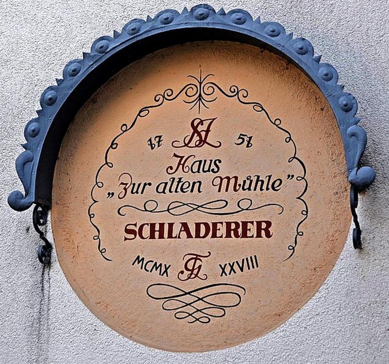 Die Inschrift an der Firma Schladerer  weist auf eine  frühere Mühle hin.  | Foto: Rainer Ruther