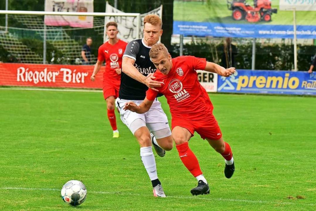 Energiegeladen: Der Auggener Yannis Ka...Stephan Stübbe mit Ball davonzulaufen.  | Foto: Daniel Thoma