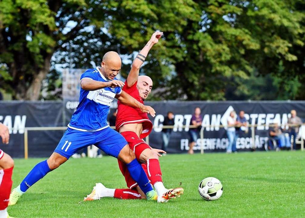 Es gab Zweikämpfe von hoher Intensität...SVN, links) und Alexandru Ghita (FVL).  | Foto: Wolfgang Künstle