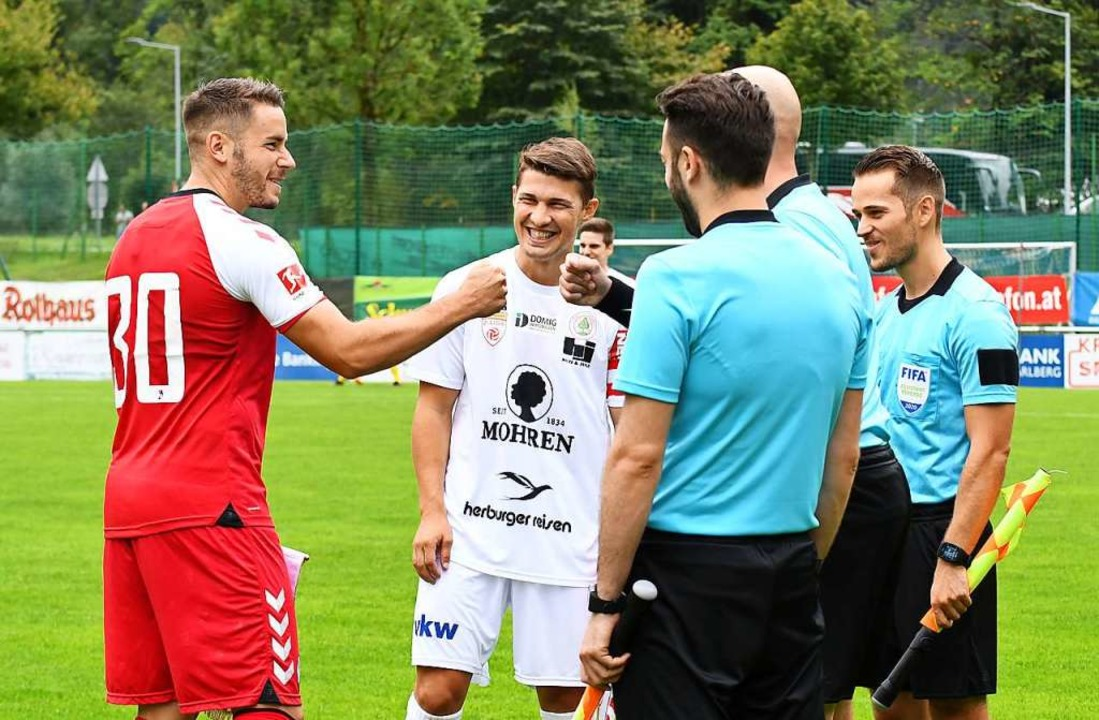 Neu-Kapitän Christian Günter (links) bei der Platzwahl gegen St. Gallen  | Foto: Achim Keller