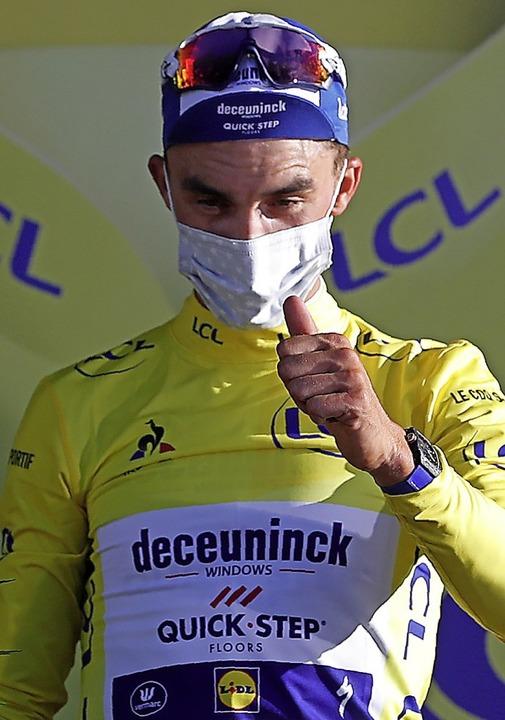Julian Alaphilippe – Daumen hoch, Maske auf und das Gelbe Trikot an    Foto: STEPHANE MAHE (AFP)