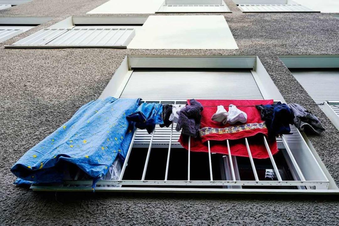Wäsche hängt an einem Studentenwohnhei...vielerorts wegen der Corona-Krise aus.  | Foto: Uwe Anspach (dpa)
