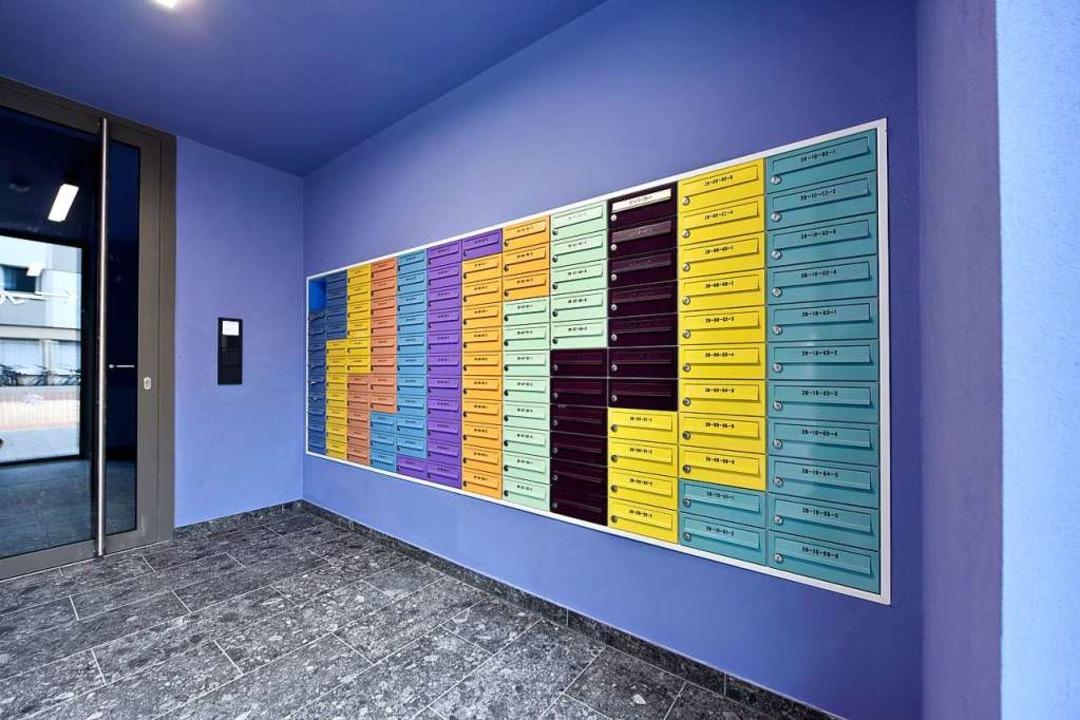 Die Briefkästen haben für jedes Stockwerk eine Farbe  | Foto: Michael Bamberger