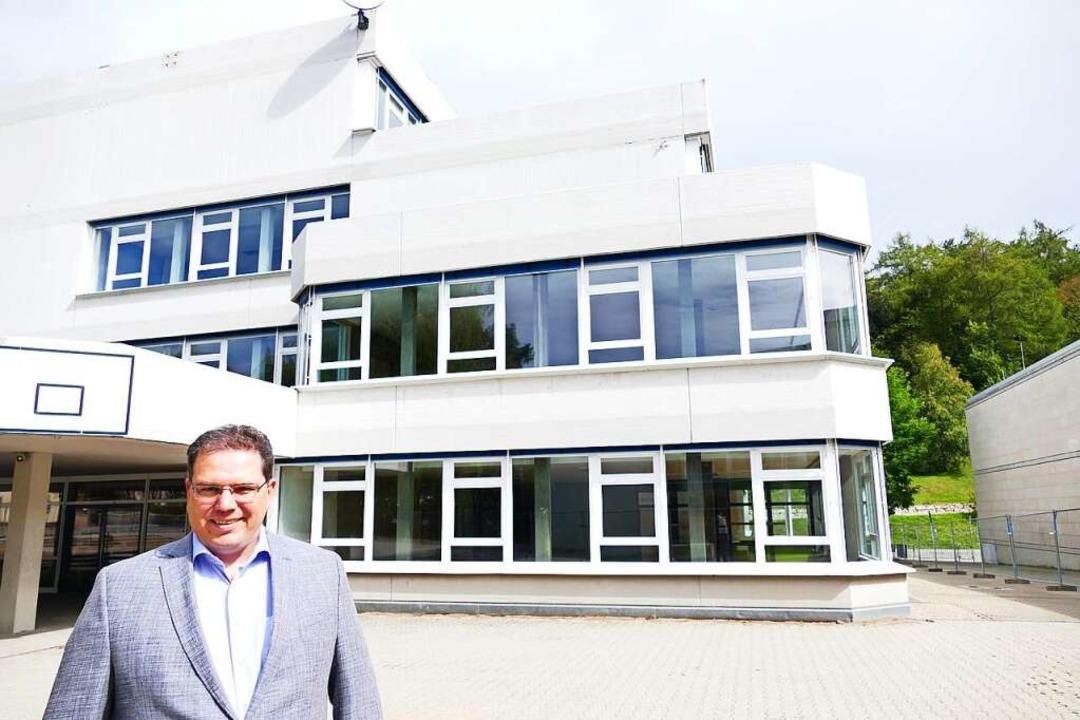 Bürgermeister Tobias Link vor Löffingens teuerstem Sanierungsfall  | Foto: Martin Wunderle