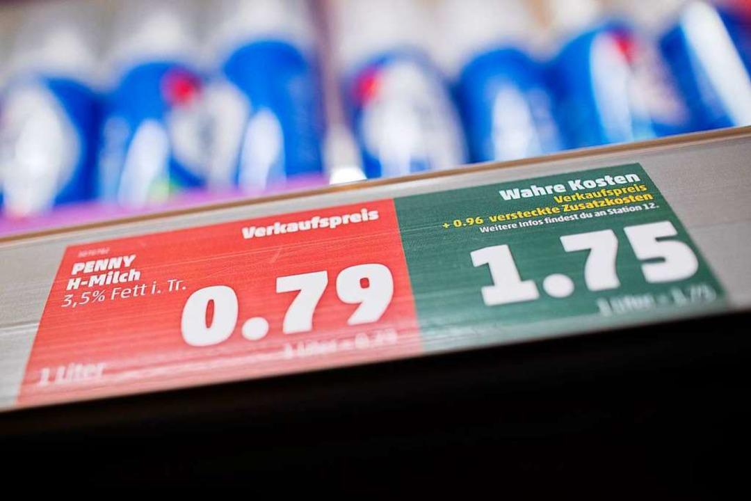 Inklusive der versteckten Kosten kostet der Liter H-Milch plötzlich 1,75 Euro.  | Foto: Rolf Vennenbernd (dpa)