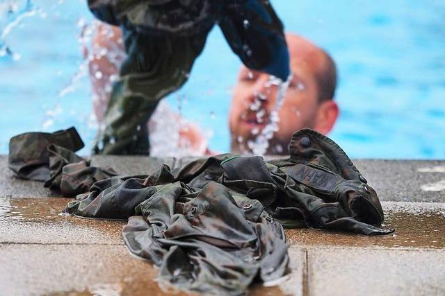 Im Kappler Freibad üben Bundeswehr-Reservisten das Schwimmen in Uniform