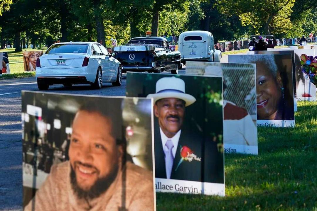 USA, Detroit: Eine Fahrzeugkolonne fäh... die auf der Insel aufgestellt wurden.  | Foto: Carlos Osorio (dpa)