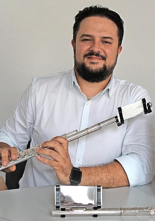 Zsolt Sandor mit seinen Erfindungen für Querflöten  | Foto: Annika Sindlinger