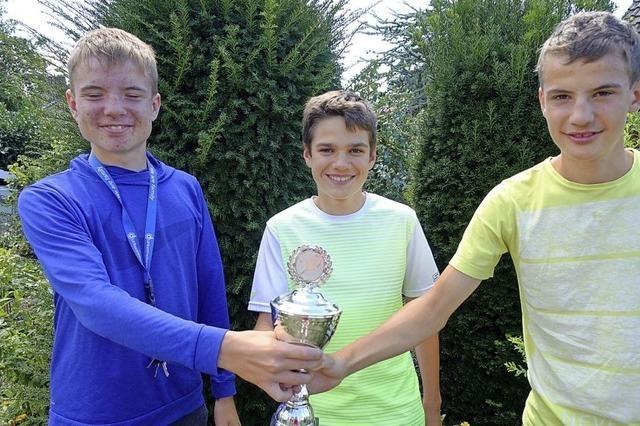 Tennisnachwuchs sichert sich den Pokal