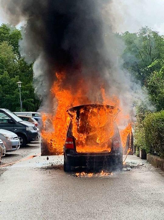 Am Pkw war nichts mehr zu retten. Der ...arkte, andere Fahrzeuge zu verhindern.  | Foto: Thilo Haberstroh