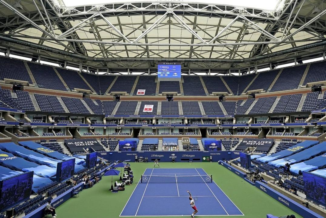 Tennis in Zeiten der Pandemie: Die Tri...lexander Zverev (hier beim Aufschlag).  | Foto: Frank Franklin (dpa)