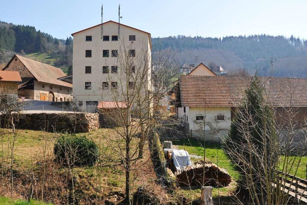 Das hohe Gebäude der Tantenmühle in Malsburg-Marzell ist von weitem erkennbar.  | Foto: Jutta Schütz