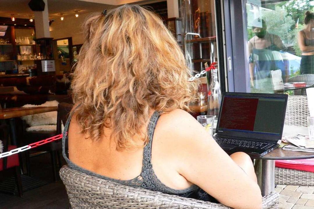 Pia B. in einem Freiburger Café. Über ...tung hat sie nun ein Buch geschrieben.  | Foto: Christian Rath