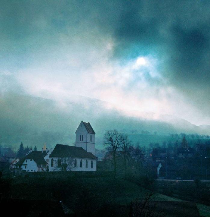 Einer von vielen mythischen Orten in d...ngen thronende ummauerte Kirchenanlage  | Foto: Martin Schulte-Kellinghaus