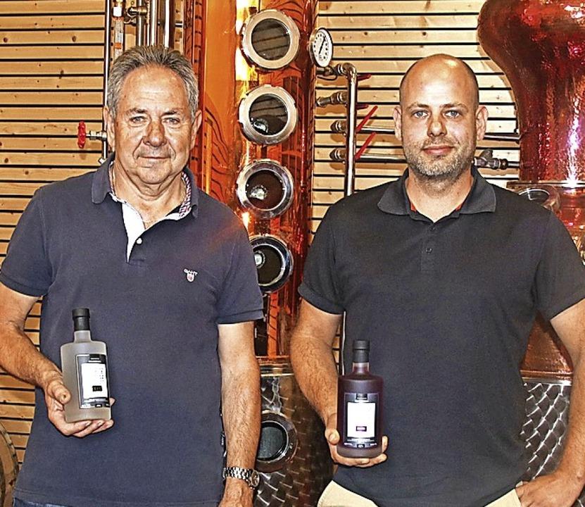 Reinhold (links) und Marco Indlekofer ...ung ihres Gins bei der IWSC in London.  | Foto: Holzwarth, Sandra