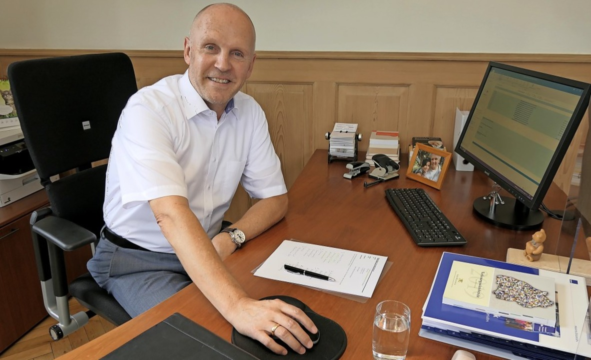 Münstertals Bürgermeister Rüdiger Ahlers an seinem Arbeitsplatz im Rathaus.  | Foto: Hans-Peter Müller