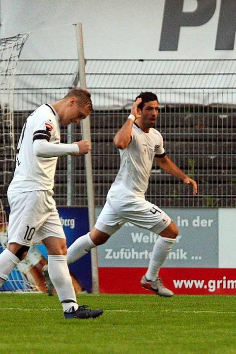 Glücksgefühl: Mauro Chiurazzi (rechts)...elt seinen Treffer zum Villinger 1:0.   | Foto: Dieter Reinhardt
